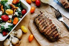 Bifteck avec de la salade végétale légère Image libre de droits