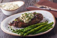 Bifteck avec de la sauce à fromage bleu servie avec l'asperge photographie stock