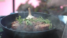 Bifteck avec des herbes sur la casserole clips vidéos