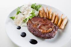 Bifteck avec des pommes de terre Photographie stock