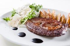 Bifteck avec des pommes de terre Images libres de droits