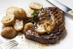 Bifteck avec du beurre d'anchois images libres de droits