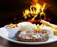 Bifteck avec du riz brut sur un repas photos libres de droits