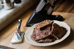 Bifteck avec l'attendrisseur Photographie stock