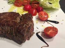 Bifteck avec la tomate fraîche et la salade verte Image stock