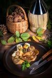 Bifteck avec les boulettes de pomme de terre et la sauce aux champignons de forêt Images stock