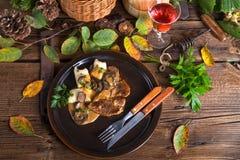 Bifteck avec les boulettes de pomme de terre et la sauce aux champignons de forêt Image libre de droits