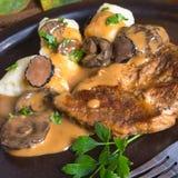 Bifteck avec les boulettes de pomme de terre et la sauce aux champignons de forêt Photos libres de droits
