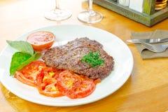 Bifteck avec les tomates grillées photographie stock libre de droits
