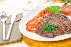 Bifteck avec les tomates grillées photos libres de droits