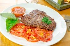 Bifteck avec les tomates grillées photo libre de droits