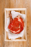 Bifteck avec os de bifteck d'oeil de nervure sur le papier Photo stock