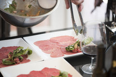 Bifteck Carpaccio avec un côté du vin rouge et de la salade image libre de droits