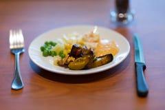 Bifteck coupé avec de la salade de tache floue dans le plat blanc photographie stock libre de droits