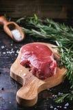 Bifteck cru avec les herbes et le poivre Photographie stock