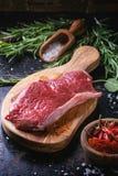 Bifteck cru avec les herbes et le poivre Photo stock