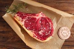 Bifteck cru d'os de nervure de boeuf photographie stock libre de droits