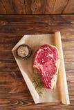 Bifteck cru d'os de nervure de boeuf images libres de droits