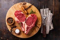 Bifteck cru de forme de coeur sur l'os photographie stock