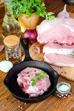 Bifteck cru de porc dans une poêle images stock
