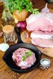 Bifteck cru de porc dans une poêle Images libres de droits