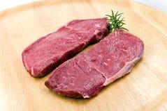 bifteck cru de rôti de viande de boeuf de backg en bois Image stock
