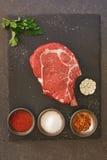 Bifteck cru de ribeye de viande fraîche sur l'ardoise en pierre photo libre de droits