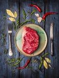 Bifteck cru de Striploin de plat avec le couteau et la fourchette Images stock
