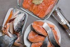 Bifteck cru frais de tranches de poissons de truite ou de saumons dans le plat blanc, tête, filet dans le bol en verre, avec des  image stock