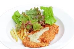 Bifteck cuit à la friteuse de poulet avec la tomate frite et la salade Photos stock