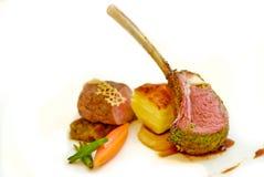 Bifteck d'agneau avec de la sauce au poivre noire, garnitures Images libres de droits