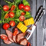 Bifteck d'agneau de BBQ avec de la salade et le maïs végétaux sur le dos en bois foncé Images stock