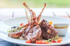 Bifteck d'agneau ou côtelettes d'agneau Photo stock
