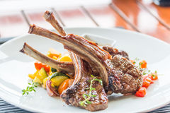 Bifteck d'agneau ou côtelettes d'agneau Photographie stock