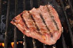 Bifteck d'aloyau de dessus d'échine de boeuf sur le gril Photographie stock libre de droits