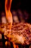 Bifteck d'oeil de nervure sur une flamme nue Images libres de droits