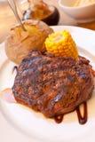 Bifteck de bande d'aloyau avec l'épi de maïs, légumes et Photo stock