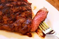 Bifteck de bande d'aloyau avec l'épi de maïs, légumes et Photos stock