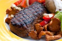 Bifteck de bande d'aloyau avec la pomme de terre et le chantere cuits au four Photo libre de droits