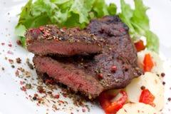 Bifteck de bande d'aloyau avec la pomme vapeur Photo stock