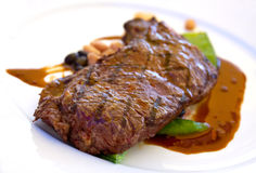 Bifteck de bande d'aloyau avec les haricots verts, légumes a Photos libres de droits