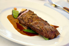 Bifteck de bande d'aloyau avec les haricots verts, légumes a Photos stock