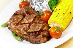 Bifteck de bande de New York avec des légumes photos stock