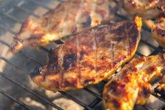 Bifteck de blanc de poulet placé sur le gril chaud Viande de BBQ sur le feu, temps d'été, partie de gril avec des amis Photographie stock libre de droits