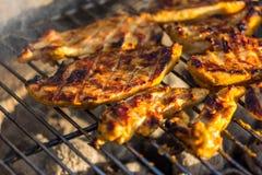 Bifteck de blanc de poulet placé sur le gril chaud Viande de BBQ sur le feu, temps d'été, partie de gril avec des amis Images libres de droits