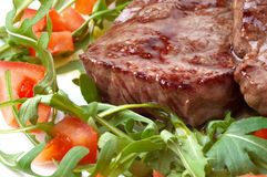 Bifteck de boeuf avec de la salade de fusée Photos libres de droits