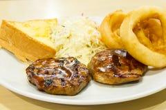 Bifteck de boeuf avec des anneaux d'oignon, fritures Images stock