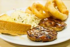 Bifteck de boeuf avec des anneaux d'oignon, fritures Images libres de droits