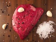 Bifteck de boeuf avec des ingrédients Image libre de droits