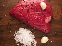 Bifteck de boeuf avec des ingrédients Photographie stock libre de droits